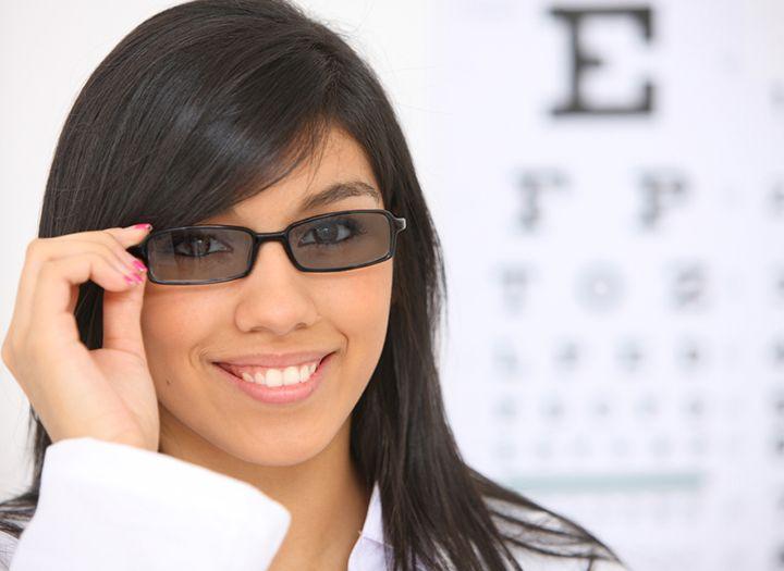 Komplett szemüveg készítés fényre sötétedő lencsékkel - 60%-os kupon ·  maikupon.hu b16d044c6c