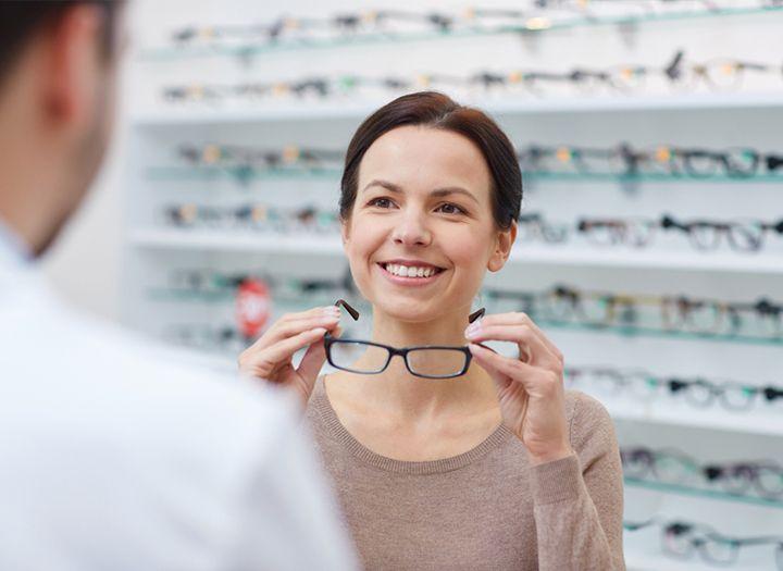 Komplett szemüveg vékonyított lencsével a Smaragd Optikában - Egészség kupon 2576a297f7
