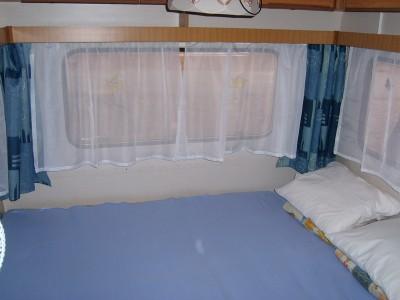 A lakókocsikhoz nagy elő sátrak állnak rendelkezésre. Itt található a  teljesen felszerelt konyha melyhez fagyasztós hűtőszekrény 6db9999413